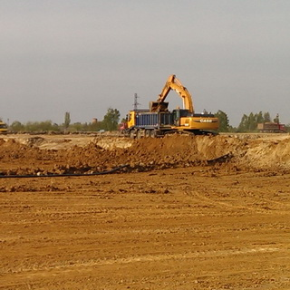 Removal of soil from the object - the work of dump trucks and excavators