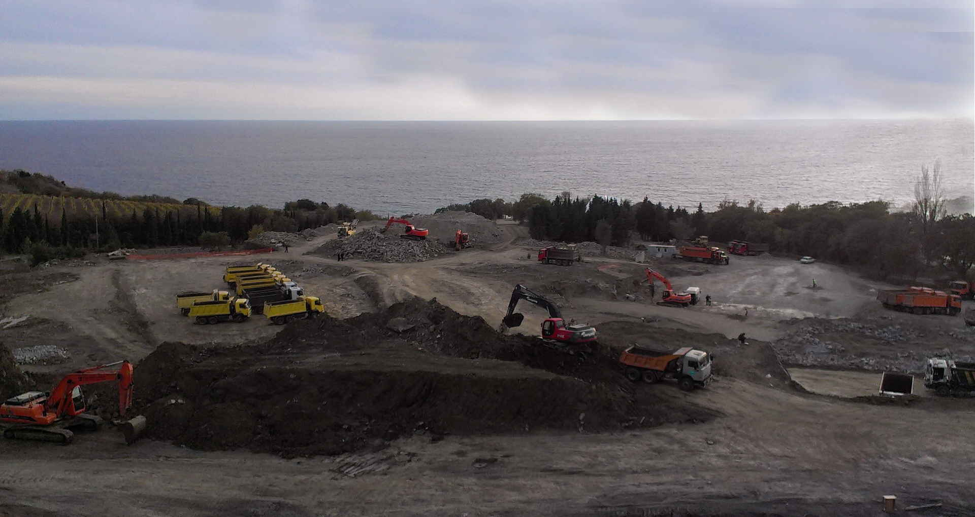 The special technics of 'Avtogran' working on the construction of the 5 Star hotel in Crimea - digging pits, earthwork, removal of soil